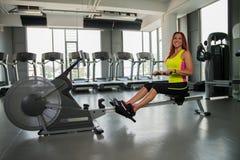 Νέα γυναίκα που κάνει τις πίσω ασκήσεις στοκ εικόνες με δικαίωμα ελεύθερης χρήσης