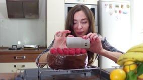 Νέα γυναίκα που κάνει τις φωτογραφίες του πρόσφατα μαγειρευμένου κέικ της Βίντεο Steadicam 4K απόθεμα βίντεο