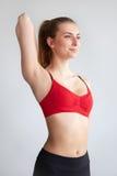 Νέα γυναίκα που κάνει το τέντωμα ώμων Στοκ Φωτογραφία