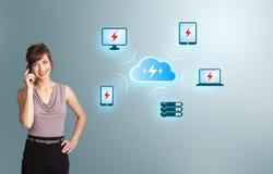 Νέα γυναίκα που κάνει το τηλεφώνημα με το δίκτυο υπολογισμού σύννεφων Στοκ φωτογραφίες με δικαίωμα ελεύθερης χρήσης