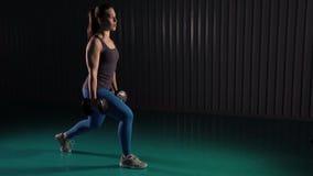 Νέα γυναίκα που κάνει lunges τις ασκήσεις για τους μυς ποδιών φιλμ μικρού μήκους