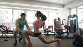Νέα γυναίκα που κάνει lunges τις ασκήσεις απόθεμα βίντεο