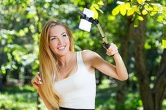 Νέα γυναίκα που κάνει selfie στοκ εικόνες