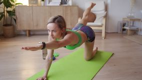 Νέα γυναίκα που κάνει workout στο σπίτι Καυκάσια γυναίκα που κάνει bodyweight τις ασκήσεις στο χαλί γιόγκας απόθεμα βίντεο