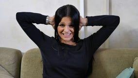 Νέα γυναίκα που καλύπτει τα αυτιά της, πάρα πολύς θόρυβος στοκ εικόνες με δικαίωμα ελεύθερης χρήσης