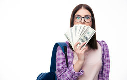 Νέα γυναίκα που καλύπτει το στόμα της με τα κάρυα του δολαρίου στοκ φωτογραφία με δικαίωμα ελεύθερης χρήσης