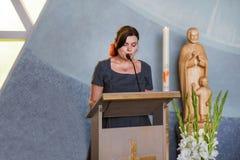 Νέα γυναίκα που κηρύσσει στη χριστιανική εκκλησία Στοκ εικόνα με δικαίωμα ελεύθερης χρήσης