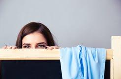 Νέα γυναίκα που κοιτάζει έξω από το αποδυτήριο στοκ εικόνες με δικαίωμα ελεύθερης χρήσης