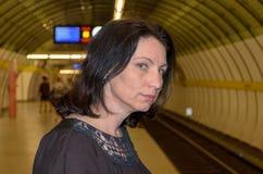 Νέα γυναίκα που κοιτάζει επίμονα αγωνιωδώς κάτω από τις διαδρομές Στοκ φωτογραφία με δικαίωμα ελεύθερης χρήσης
