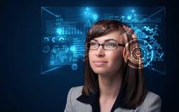 Νέα γυναίκα που κοιτάζει με τα φουτουριστικά έξυπνα γυαλιά υψηλής τεχνολογίας Στοκ εικόνες με δικαίωμα ελεύθερης χρήσης