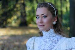 Νέα γυναίκα που κοιτάζει μπροστά από τα δέντρα Στοκ Εικόνες