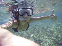Νέα γυναίκα που κολυμπά με αναπνευτήρα με τη θετική τοποθέτηση Στοκ Εικόνα