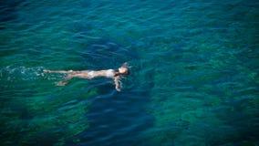 Νέα γυναίκα που κολυμπά στην όμορφη κυανή θάλασσα απόθεμα βίντεο