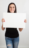 Νέα γυναίκα που κρατά έναν λευκό πίνακα Στοκ εικόνα με δικαίωμα ελεύθερης χρήσης