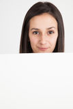 Νέα γυναίκα που κρατά έναν λευκό πίνακα Στοκ εικόνες με δικαίωμα ελεύθερης χρήσης