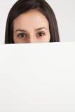 Νέα γυναίκα που κρατά έναν λευκό πίνακα Στοκ φωτογραφία με δικαίωμα ελεύθερης χρήσης