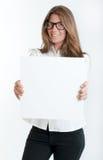 Νέα γυναίκα που κρατά ένα κενό σημάδι Στοκ Φωτογραφίες