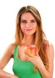 Νέα γυναίκα που κρατά ένα κόκκινο ώριμο μήλο στο χέρι της στοκ εικόνες με δικαίωμα ελεύθερης χρήσης