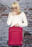 Νέα γυναίκα που κρατά ένα σφύριγμα βαλιτσών Στοκ εικόνες με δικαίωμα ελεύθερης χρήσης