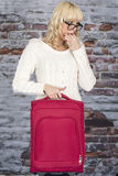 Νέα γυναίκα που κρατά ένα σφύριγμα βαλιτσών Στοκ φωτογραφίες με δικαίωμα ελεύθερης χρήσης