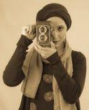 Νέα γυναίκα που κρατά την παλαιά κάμερα στο hijab και το ζωηρόχρωμο μαντίλι Στοκ Φωτογραφία