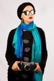 Νέα γυναίκα που κρατά την παλαιά κάμερα στο hijab και το ζωηρόχρωμο μαντίλι Στοκ εικόνα με δικαίωμα ελεύθερης χρήσης