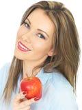 Νέα γυναίκα που κρατά την ώριμη Juicy κόκκινη Apple Στοκ Φωτογραφίες