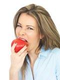 Νέα γυναίκα που κρατά την ώριμη Juicy κόκκινη Apple Στοκ εικόνες με δικαίωμα ελεύθερης χρήσης