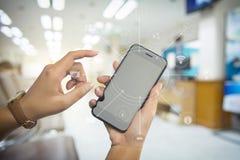 Νέα γυναίκα που κρατά το κινητό έξυπνο τηλέφωνο Στοκ Φωτογραφία