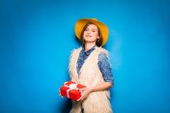 Νέα γυναίκα που κρατά το κόκκινο δώρο στα χέρια Στοκ εικόνες με δικαίωμα ελεύθερης χρήσης