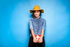 Νέα γυναίκα που κρατά το κόκκινο δώρο στα χέρια Στοκ εικόνα με δικαίωμα ελεύθερης χρήσης
