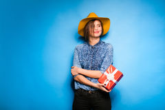Νέα γυναίκα που κρατά το κόκκινο δώρο στα χέρια Στοκ φωτογραφίες με δικαίωμα ελεύθερης χρήσης