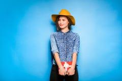 Νέα γυναίκα που κρατά το κόκκινο δώρο στα χέρια Στοκ Εικόνα
