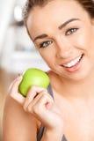Νέα γυναίκα που κρατά το πράσινο μήλο Στοκ φωτογραφία με δικαίωμα ελεύθερης χρήσης