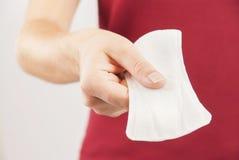 Νέα γυναίκα που κρατά το mentrual μαξιλάρι στοκ φωτογραφίες με δικαίωμα ελεύθερης χρήσης