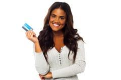 Νέα γυναίκα που κρατά ψηλά μια πιστωτική κάρτα Στοκ εικόνες με δικαίωμα ελεύθερης χρήσης