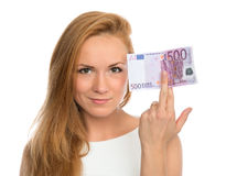 Νέα γυναίκα που κρατά ψηλά τα χρήματα μετρητών πεντακόσια ευρώ Στοκ Φωτογραφίες