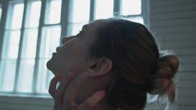 Νέα γυναίκα που κραυγάζει καθμένος στο πάτωμα Όμορφος ξανθός με την καλλιτεχνική σύνθεση χορεύει παθιασμένα καθμένος επάνω απόθεμα βίντεο
