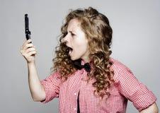 Νέα γυναίκα που κραυγάζει στο τηλέφωνο Στοκ Φωτογραφία