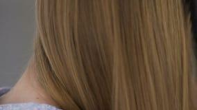 Νέα γυναίκα που κτενίζει την ξανθή τρίχα που χρωματίζεται με την ελεύθερη, φυσική ομορφιά αμμωνίας χρωστικών ουσιών απόθεμα βίντεο