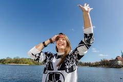 Νέα γυναίκα που κυματίζει σε κάποιο Στοκ Εικόνες
