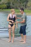 Νέα γυναίκα που μαθαίνει να οδηγά wakeboard Στοκ Εικόνες