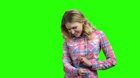 Νέα γυναίκα που μετρά τη μέση της με μια ταινία μέτρου φιλμ μικρού μήκους