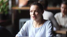 Νέα γυναίκα που μιλά στον αρσενικό φίλο στη συνεδρίαση στον καφέ απόθεμα βίντεο
