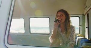 Νέα γυναίκα που μιλά στο κινητό τηλέφωνο 4k απόθεμα βίντεο