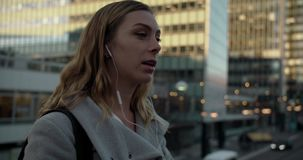 Νέα γυναίκα που μιλά στο τηλέφωνο στην επιχειρησιακή περιοχή της Στοκχόλμης απόθεμα βίντεο