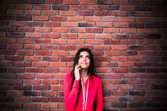 Νέα γυναίκα που μιλά στο τηλέφωνο και που ανατρέχει Στοκ εικόνα με δικαίωμα ελεύθερης χρήσης
