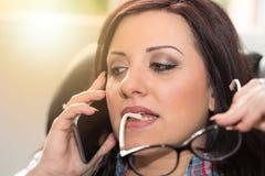 Νέα γυναίκα που μιλά στο τηλέφωνο της Mobil, ελαφριά επίδραση Στοκ φωτογραφία με δικαίωμα ελεύθερης χρήσης