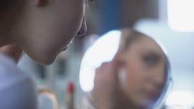 Νέα γυναίκα που μπροστά από τον καθρέφτη, υγιές δέρμα προσώπου, self-care απόθεμα βίντεο