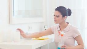 Νέα γυναίκα που ξεσκονίζει την κρεβατοκάμαρά της απόθεμα βίντεο